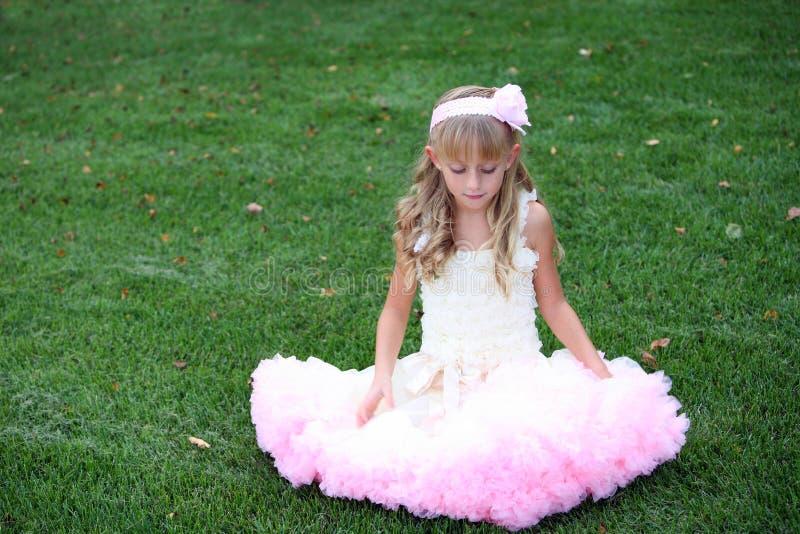 Niño bonito en alineada rosada fotos de archivo