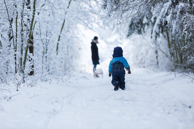 Niño caucásico feliz que juega en nieve foto de archivo