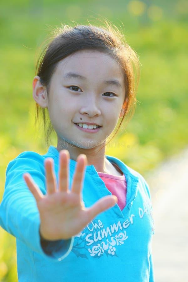 Niño chino con la mano de la parada imagen de archivo libre de regalías