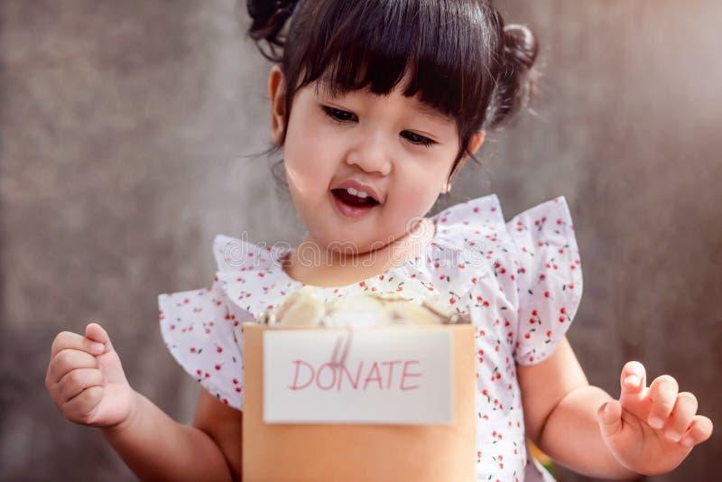 Niño con concepto de la donación 2 años felices del niño que sonríe y foto de archivo libre de regalías