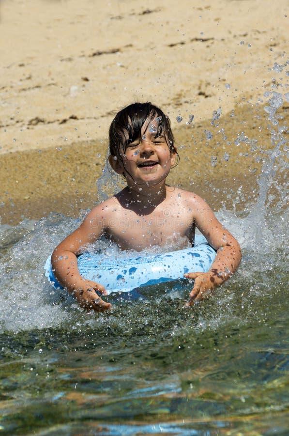 Niño con el anillo flotante fotografía de archivo