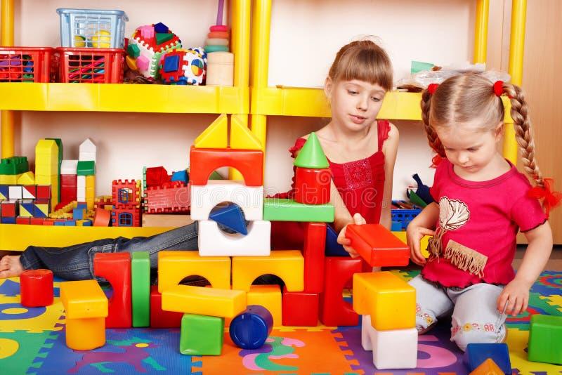 Niño con el bloque en sitio del juego. imagen de archivo