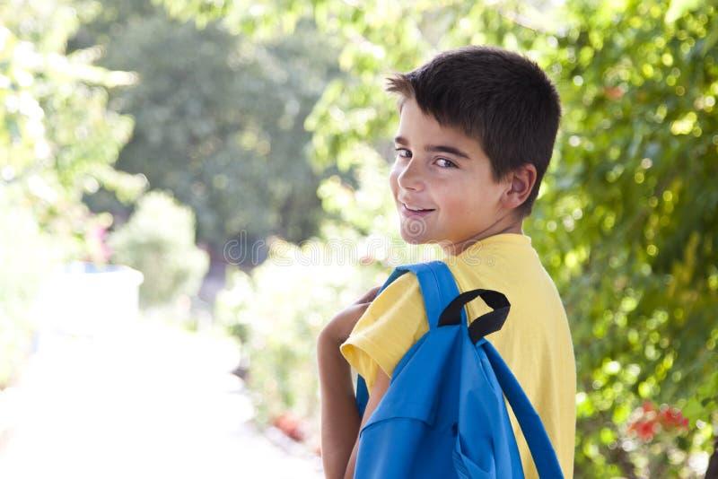 Niño con el bolso de escuela fotografía de archivo