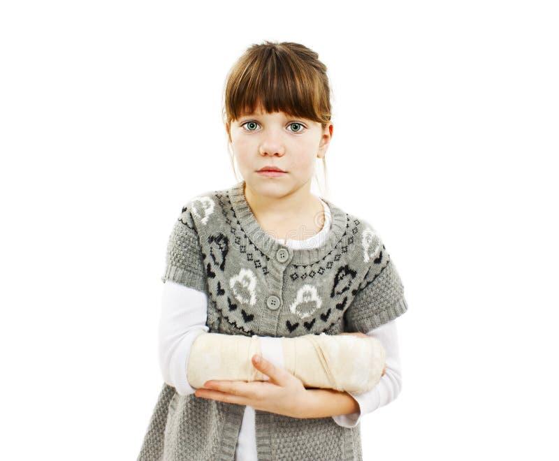 Niño con el brazo quebrado foto de archivo