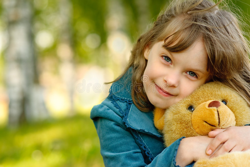 Niño con el cachorro de oso del juguete fotografía de archivo libre de regalías