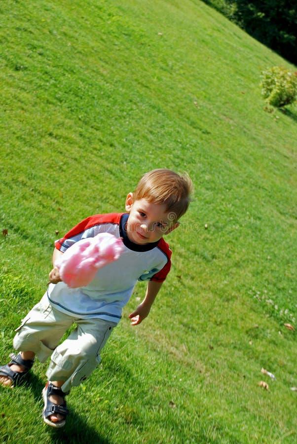 Niño con el caramelo de algodón fotografía de archivo libre de regalías