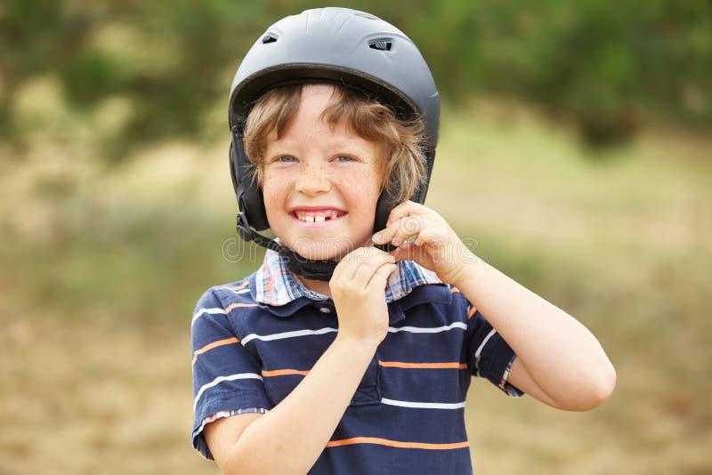 Niño con el casco fotografía de archivo