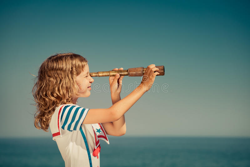 Niño con el catalejo del vintage el vacaciones de verano foto de archivo libre de regalías