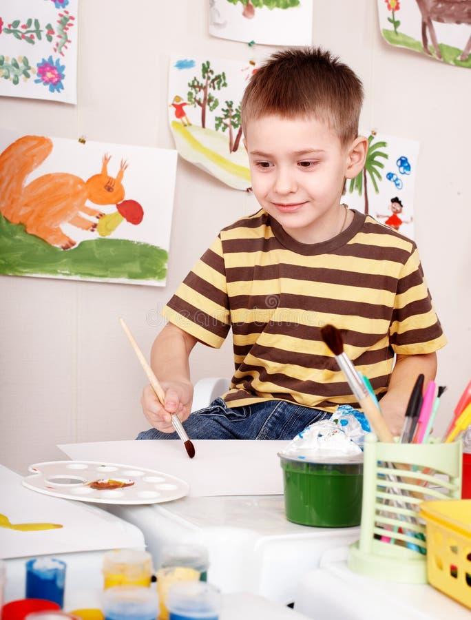 Niño con el cepillo foto de archivo