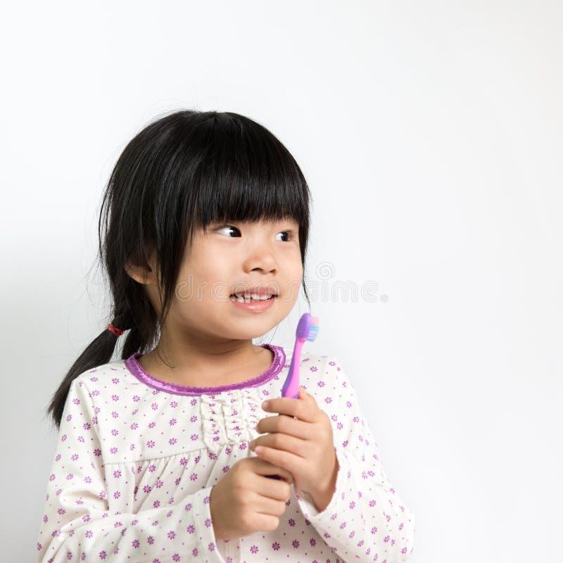 Niño con el cepillo de dientes fotografía de archivo libre de regalías