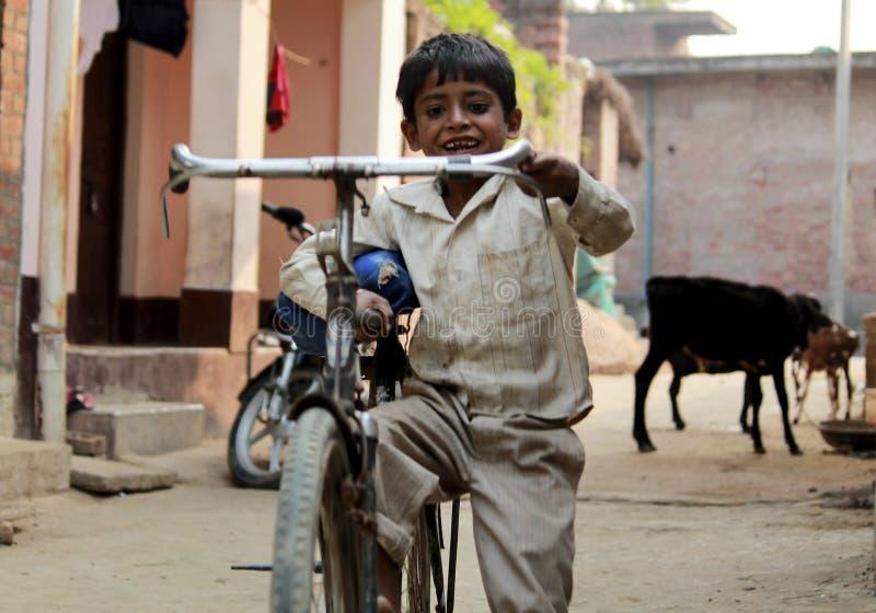 Niño con el ciclo fotos de archivo