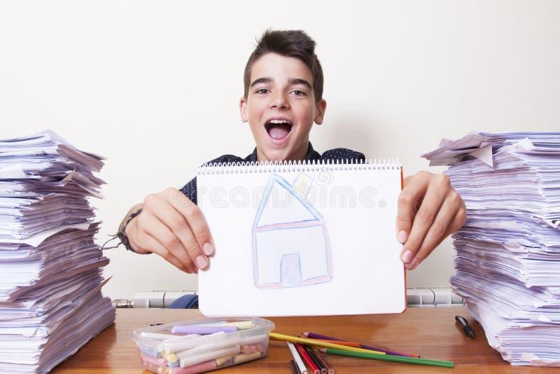 Niño con el dibujo fotos de archivo