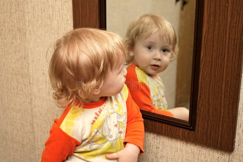 Niño con el espejo imagen de archivo