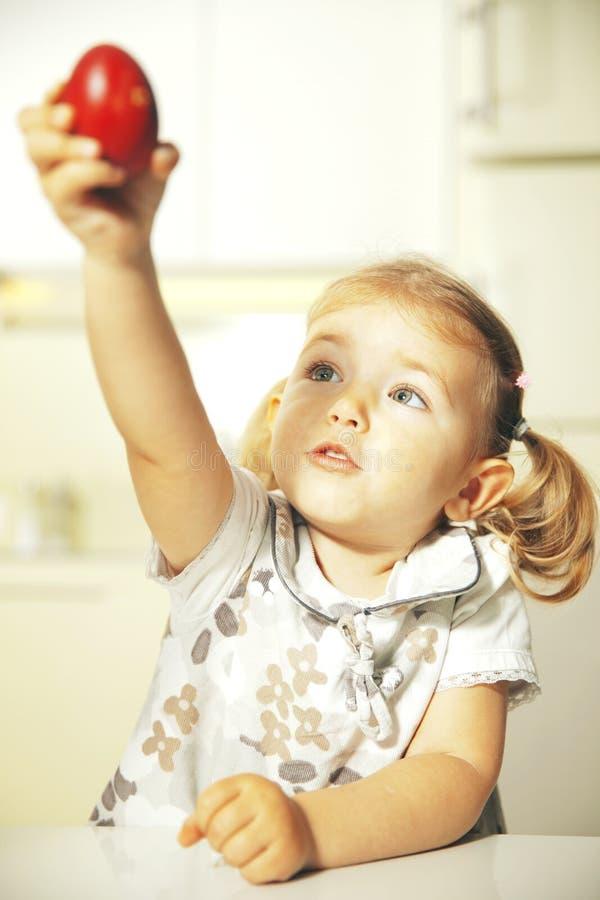 Niño con el huevo de Pascua fotografía de archivo libre de regalías