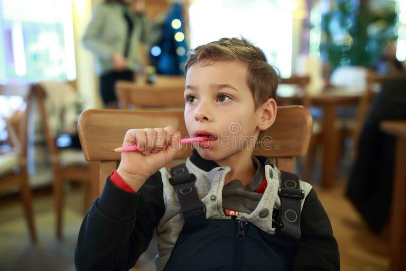 Niño con el lápiz en café imágenes de archivo libres de regalías