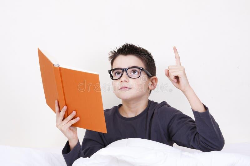 Niño con el libro fotografía de archivo