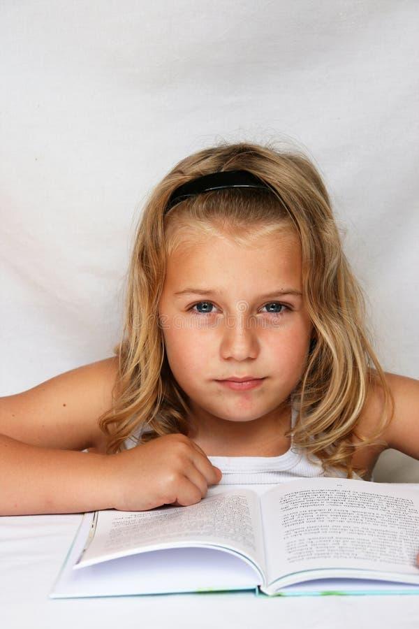 Niño con el libro fotos de archivo