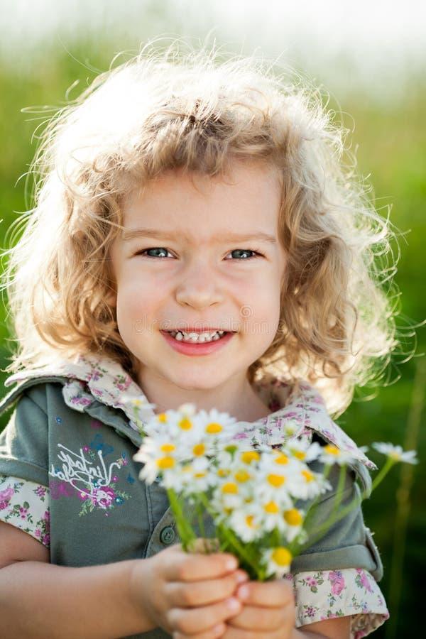 Niño con el manojo de flores del resorte fotos de archivo libres de regalías