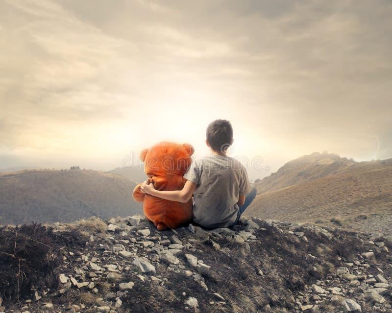 Niño con el oso de peluche imagenes de archivo