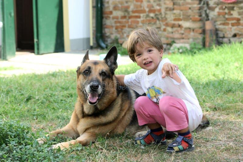 Niño con el perro imagenes de archivo