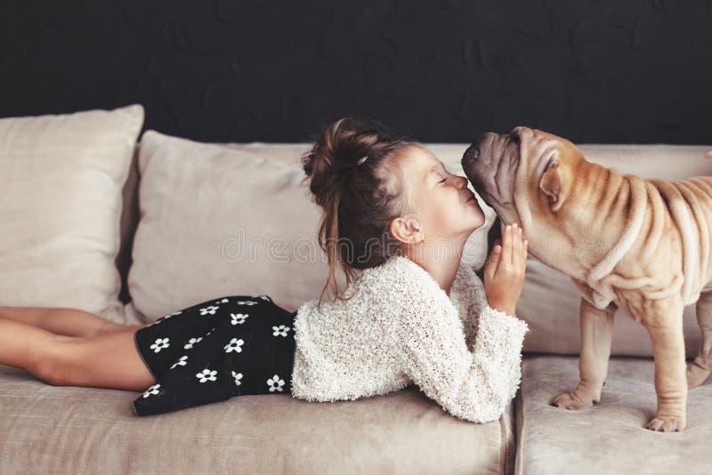 Niño con el perro fotos de archivo