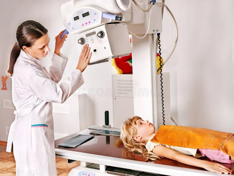 Niño con el radiólogo del doctor. imágenes de archivo libres de regalías