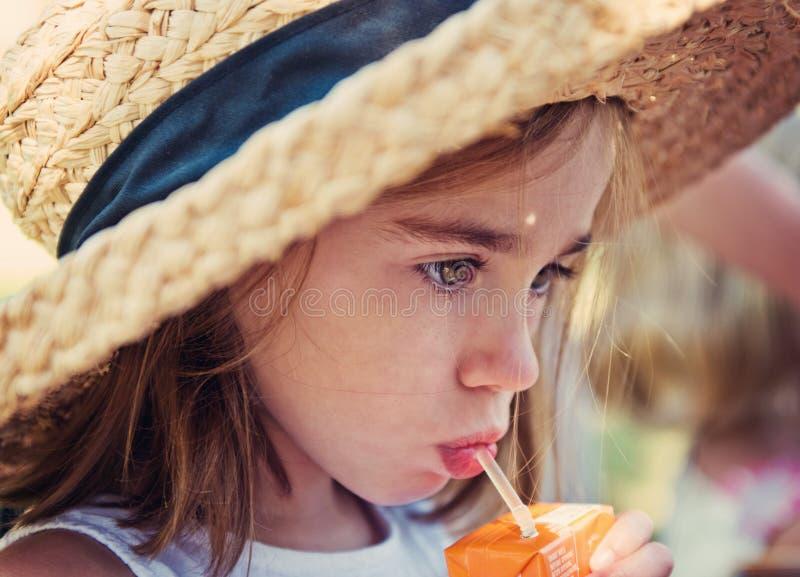 Niño con el rectángulo del jugo foto de archivo