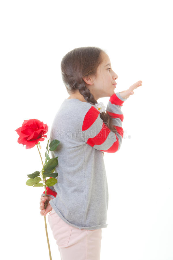 Niño con el regalo de la flor foto de archivo libre de regalías