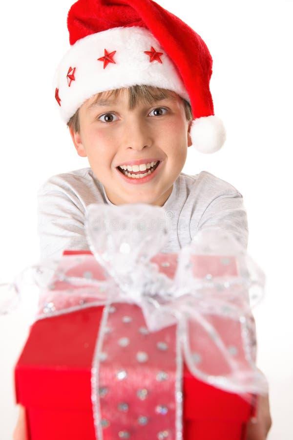 Niño con el regalo de Navidad fotos de archivo