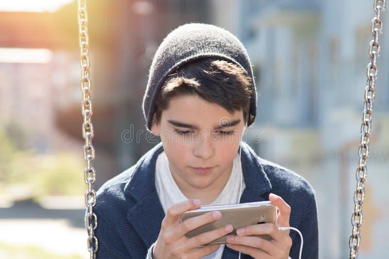 Niño con el teléfono móvil imagen de archivo
