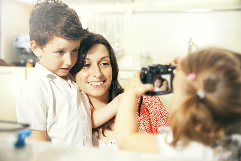 Niño con la cámara fotografía de archivo