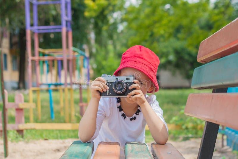 Niño con la cámara Fotografía de la niña imagen de archivo