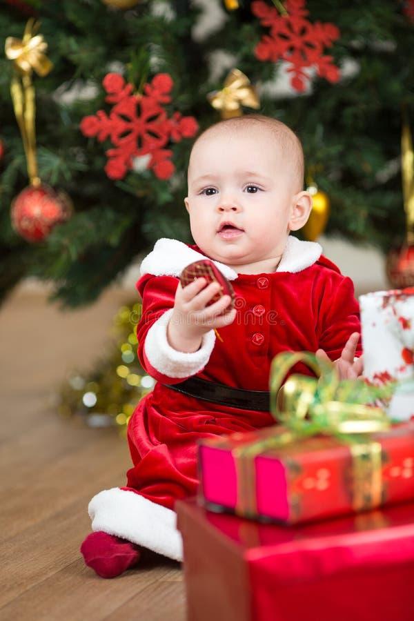 Niño con la caja de regalo grande de la Navidad fotos de archivo