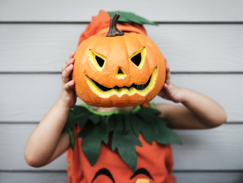 Niño con la calabaza de Halloween imagen de archivo libre de regalías