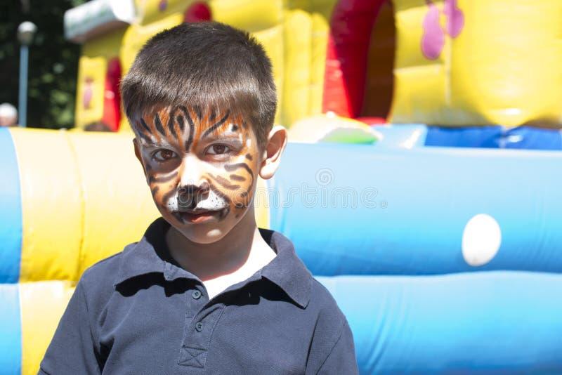 Niño con la cara pintada imagen de archivo