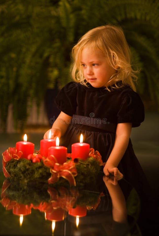 Niño con la guirnalda del advenimiento imagen de archivo libre de regalías