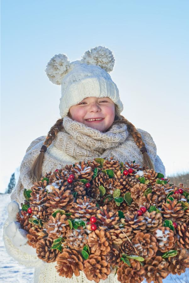 Niño con la guirnalda del advenimiento como muchacha feliz imagen de archivo