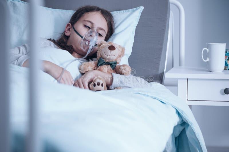 Niño con la máscara de oxígeno imágenes de archivo libres de regalías