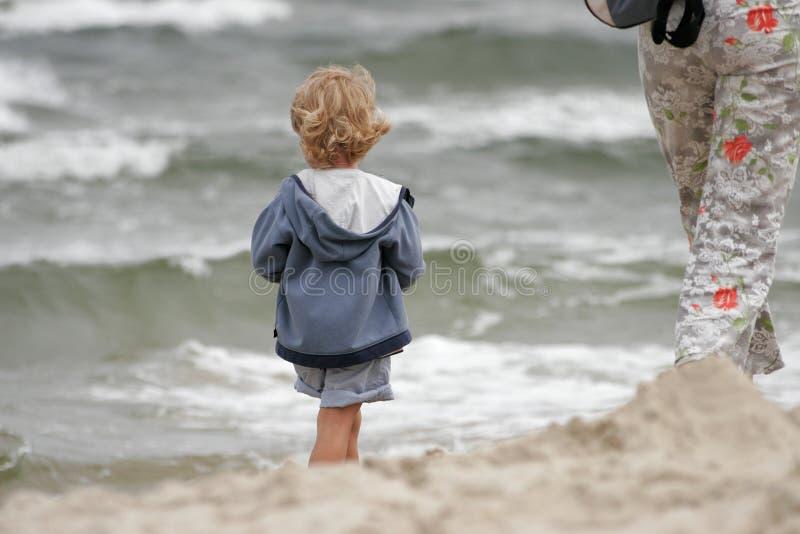 Niño con la madre imagen de archivo