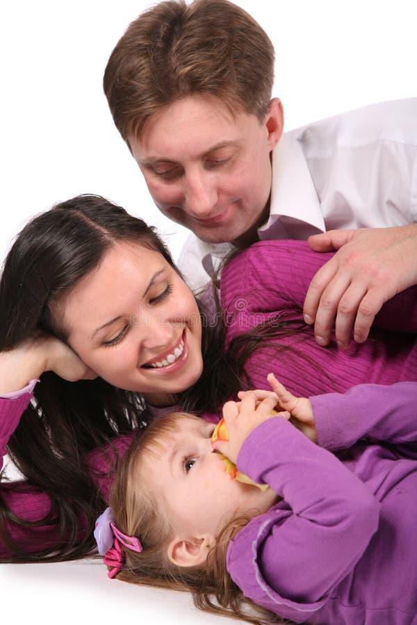 Niño con la manzana y padres imagen de archivo libre de regalías