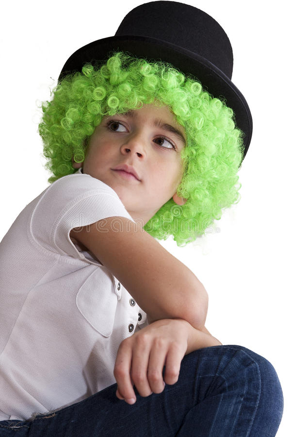 Niño con la peluca y el sombrero verdes imágenes de archivo libres de regalías