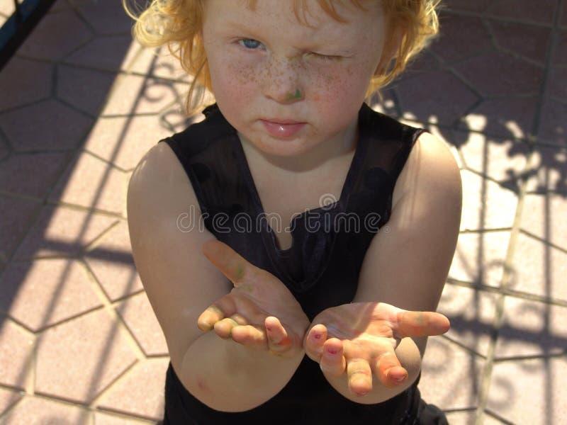 Niño con la pintura en las manos fotografía de archivo
