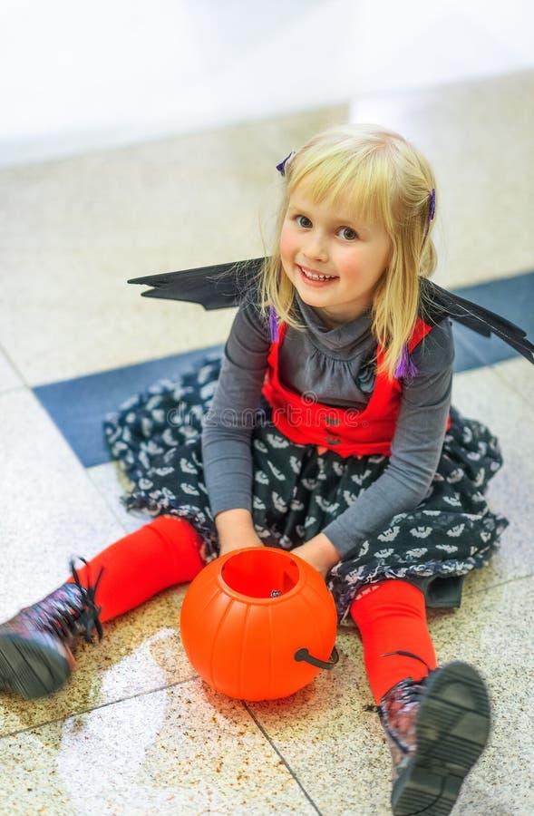 Niño con la sentada €™Lantern de la cesta de Jack Oâ de la calabaza de Halloween fotos de archivo libres de regalías