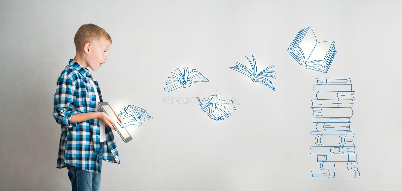 Niño con la tableta y los libros digitales imagen de archivo