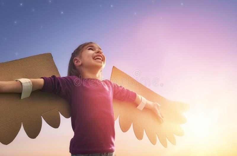 Niño con las alas de un pájaro fotos de archivo