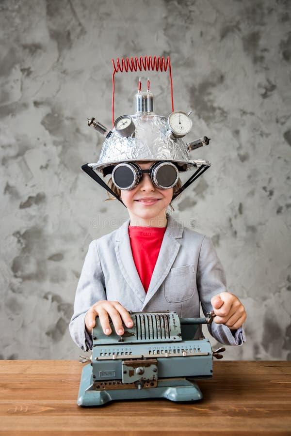 Niño con las auriculares de la realidad virtual del juguete imagen de archivo