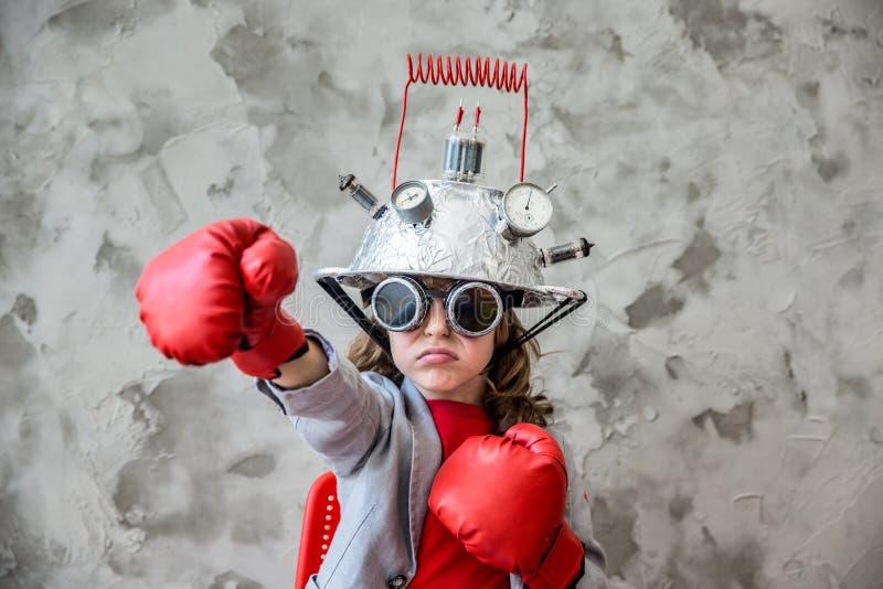 Niño con las auriculares de la realidad virtual del juguete foto de archivo