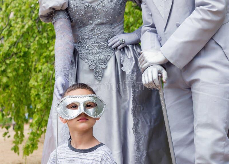 Niño con las estatuas vivas fotos de archivo libres de regalías