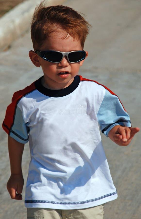 Niño con las gafas de sol fotografía de archivo