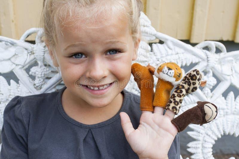 Niño con las marionetas del finger fotos de archivo